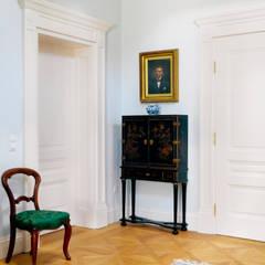 Puertas de madera de estilo  por Schwarzott Einrichtungshaus & Werkstätte