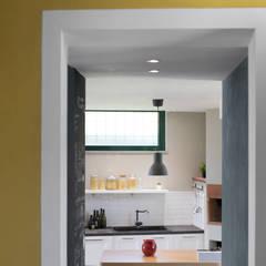 Dettagli e colore.: Cucina attrezzata in stile  di Rifò
