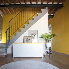 Salas / recibidores de estilo  por Rifò, Rústico