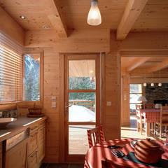 Interni chalet in legno VillaBio: Cucina in stile  di VillaBio