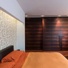 Interno Domestico: Camera da letto in stile  di marco tassiello architetto