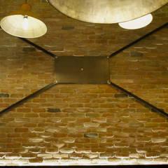 IRON SIGNS: Gastronomia in stile  di SP architetti snc