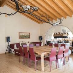 Villa rustica: Sala da pranzo in stile  di RI-NOVO