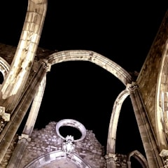 MUSEU DO CARMO . ILUMINAÇÃO DA RUÍNA: Terraços  por Esfera de Imagens Lda