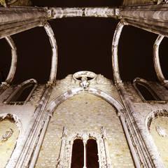 MUSEU DO CARMO . ILUMINAÇÃO DA RUÍNA Varandas, marquises e terraços clássicas por Esfera de Imagens Lda Clássico