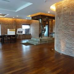 : Corredores e halls de entrada  por Shine Star Flooring