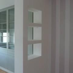 Remodelação de Apartamento no Areeiro: Closets  por CF Arquitectura e Design
