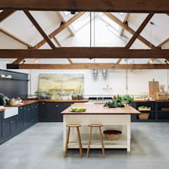 The Cattle Shed Kitchen, North Norfolk من deVOL Kitchens بلدي خشب Wood effect