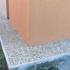 Detalle de vereda: Jardines con piedras de estilo  por I.S. ARQUITECTURA