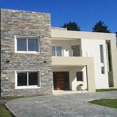 Fachada: Casas unifamiliares de estilo  por I.S. ARQUITECTURA