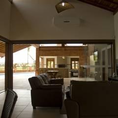 Casa de Campo ES -Condomínio Ondas Grandes -  Sta Maria da Serra -  Vista interna 3: Corredores e halls de entrada  por Kako Braga Arquitetura e Design