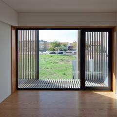 Casa em Miramar Janelas e portas minimalistas por e|348 arquitectura Minimalista