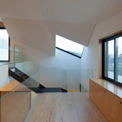 Casa em Miramar: Escadas  por e|348 arquitectura