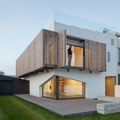 Casa em Miramar: Pavimentos  por e|348 arquitectura
