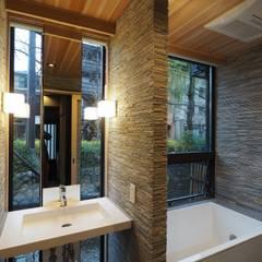 asian Bathroom by 一級建築士事務所 (有)BOFアーキテクツ