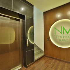 NM HOLISTIC & WELLNESS CENTER, GOL MARKET, NEW DELHI:  Corridor & hallway by Total Interiors Solutions Pvt. ltd.