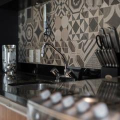 Estímulo Urbano: Armários e bancadas de cozinha  por Studio Ideação