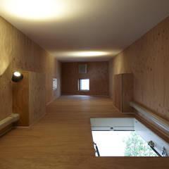 UN 三角形の変形敷地に建つ家: 山縣洋建築設計事務所が手掛けたフローリングです。