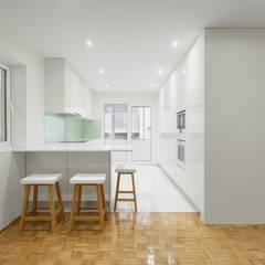 Apartamento - Póvoa de Varzim: Cozinhas  por e|348 arquitectura
