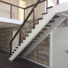 Reabilitação de Moradia  - Foz Porto: Escadas  por Drevo - Construção e Reabilitação em Madeira, Unipessoal, Lda