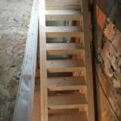 Estruturas de pisos e telhados: Escadas  por Drevo - Construção e Reabilitação em Madeira, Unipessoal, Lda