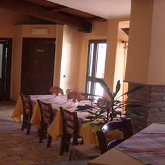 Ristrutturazione Agriturismo: Sala da pranzo in stile  di Arch. Della Santa Giorgio