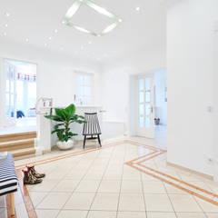 Exponierte Unternehmervilla in Bestlage:  Flur & Diele von Tschangizian Home Staging & Redesign