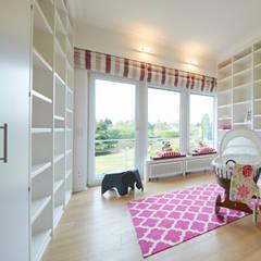 Exponierte Unternehmervilla in Bestlage - Spielen:  Kinderzimmer von Tschangizian Home Staging & Redesign
