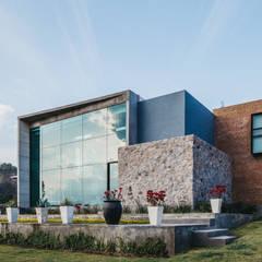 CASA HERRADURA: Casas unifamiliares de estilo  por Zona Arquitectura Más Ingeniería