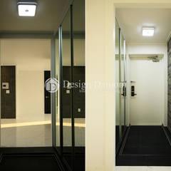 암사동 한강포스파크 아파트 현관: Design Daroom 디자인다룸의  복도 & 현관