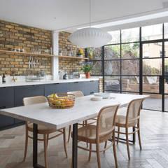 آشپزخانه توسطMartins Camisuli Architects, اکلکتیک (ادغامی) آجر