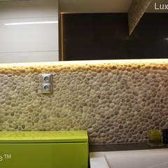Pebble tile bathroom wall - Beige Pebble Tiles:  Bathroom by Lux4home™ Indonesia