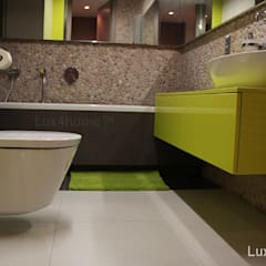 Pebble tile bathroom wall - Beige Pebble Tiles:  Bathroom by Lux4home™ Indonesia