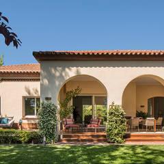 Casa Pedralbes: Casas unifamilares de estilo  de The Room Studio
