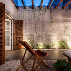 Casa Pop: Jardins de inverno modernos por QOZ Arquitetos