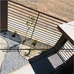 Pequeño Jardín Urbano: Jardines en la fachada de estilo  por Laura Vidal Estudio de Paisajismo - Interiorismo