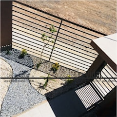Jardín JuMo: Jardines en la fachada de estilo  por Laura Vidal Estudio de Paisajismo - Interiorismo,Moderno Piedra