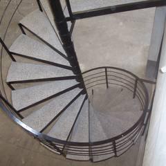 Escalera caracol MADRID: Escaleras de estilo  por HELIKA Scale,