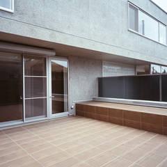 HIROO FLAT 裏手の広大な森を借景とした住まい: JWA,Jun Watanabe & Associatesが手掛けたテラス・ベランダです。,モダン