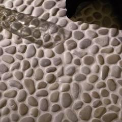 Beżowe otoczaki na ściany i podłogi do łazienki: styl , w kategorii Podłogi zaprojektowany przez Lux4home™