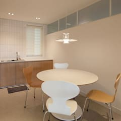 minimalistic Dining room by 디자인투플라이
