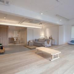 디자이너의 집 미니멀 라이프 – 상가주택 인테리어: 디자인투플라이의  거실,한옥
