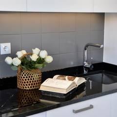 Mcar: Armários de cozinha  por TUU - BUILDING DESIGN MANAGEMENT