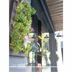 Diseño e intervención de Fachada - Local Comercial: Jardines en la fachada de estilo  por Laura Vidal Estudio de Paisajismo - Interiorismo,Moderno