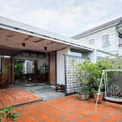 Nhà NỬA MÁI:  Vườn by AD+, Châu Á