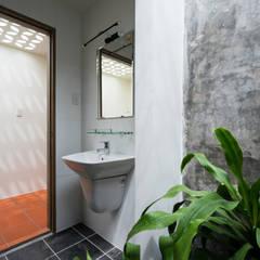 Nhà NỬA MÁI Phòng tắm phong cách châu Á bởi AD+ Châu Á