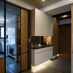 日式休閒的退休宅居:  走廊 & 玄關 by 青築制作