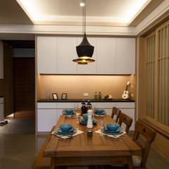 日式休閒的退休宅居:  餐廳 by 青築制作