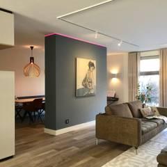 moderne woonkamer met scheidingswand en hoekkast op maat:  Woonkamer door Stefania Rastellino interior design