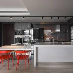 曖昧邊界 ─ 光與人的互動 / Ambiguous Boundary - Interaction of Light and People:  廚房 by 禾光室內裝修設計 ─ Her Guang Design